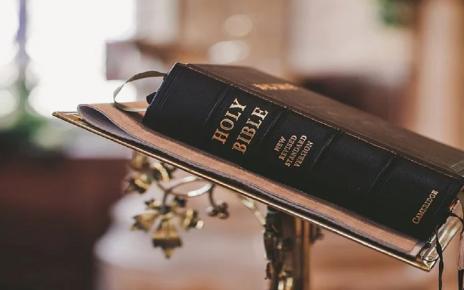 सपने में बाइबल देखना