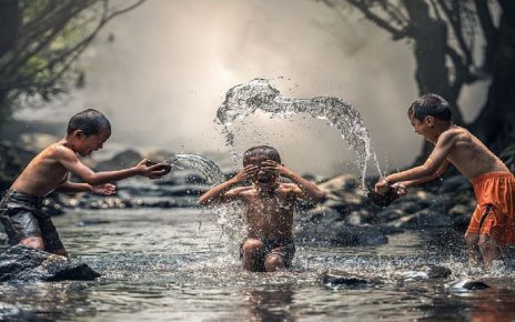 सपने में बाढ़ में फंसे आदमियों को बचाना देखना