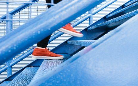 सपने में सीढ़ी पर चढ़ते देखना